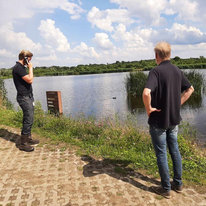 Andras Koops en Mart Hilferink van het Waterschap Vechtstromen nemen poolshoogte bij het Kristalbad.