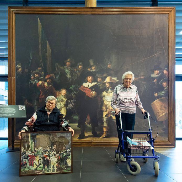 Katrien Breibach (links) en Adrie Boevé, bewoonsters van De Zeven Schakels in Zevenbergen bij de Nachtwacht replica die  door het land reist.
