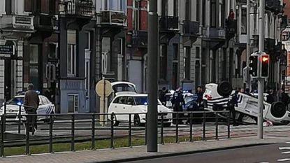 Twee agenten lichtgewond nadat politievoertuig op dak belandt