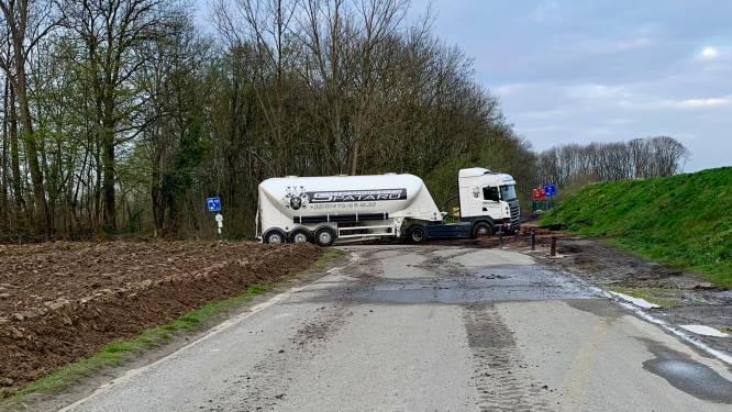 Vrachtwagens volgen GPS en rijden zich klem aan holle weg
