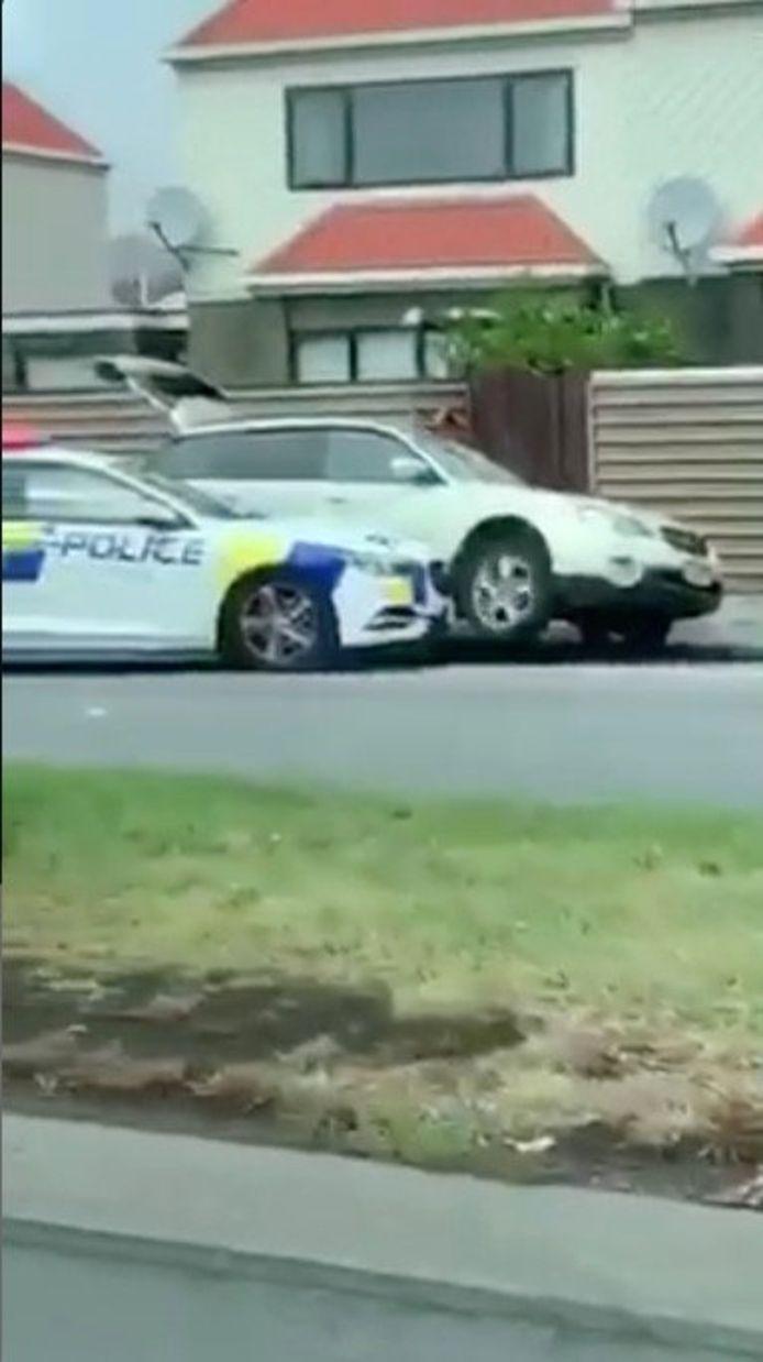 De twee agenten ramden de auto waarin de schutter zat.