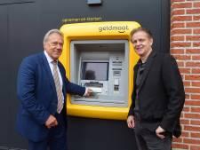 Vrolijk zelden zó vrolijk: Uniek, Geldmaat aan muur gemeentehuis Etten-Leur