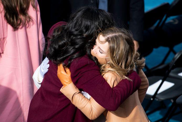 Joe Bidens kleindochter Finnegan Biden omhelst Michelle Obama