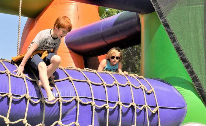 Kinderen leven zich uit op de springkastelen.