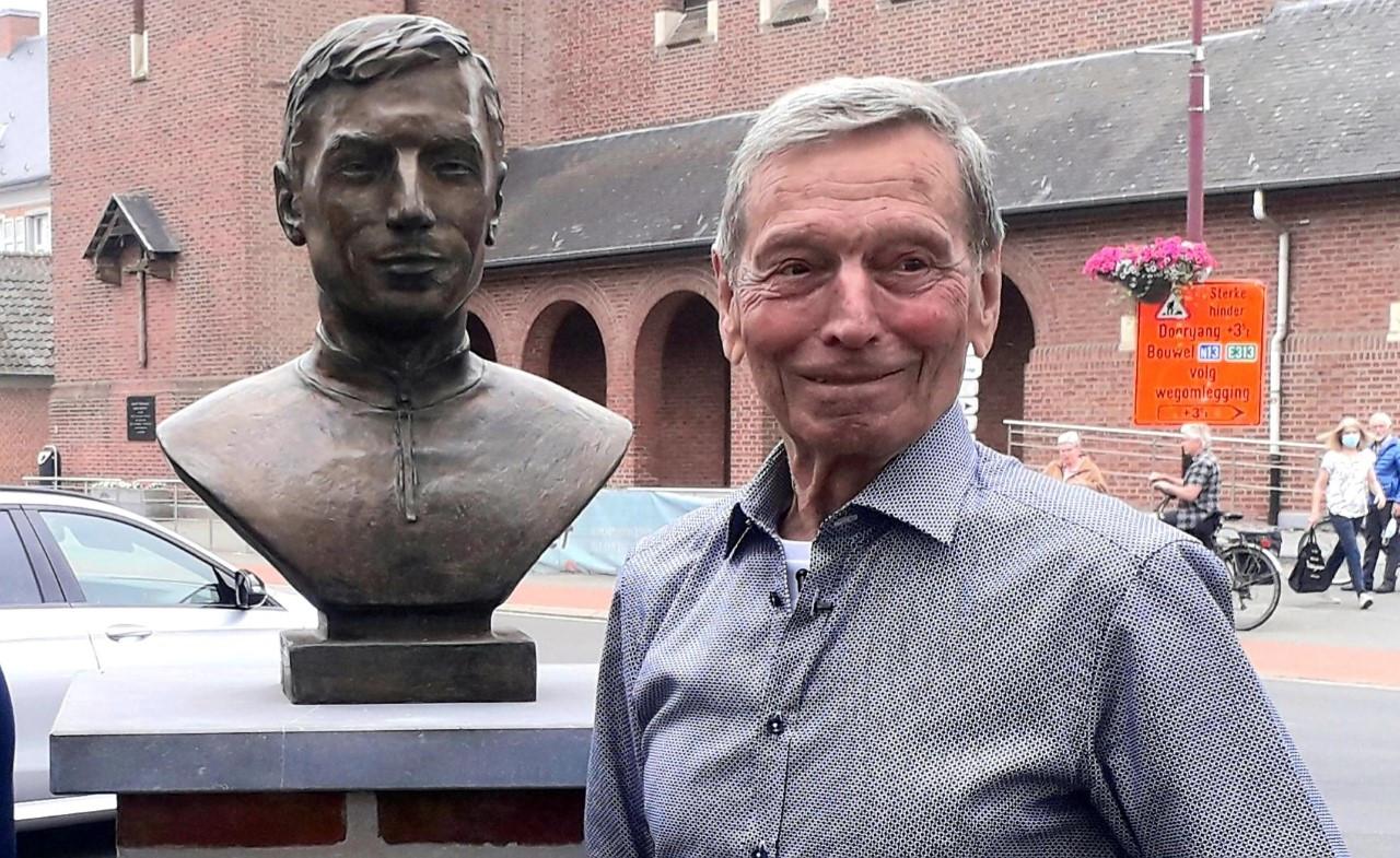 Rik Van Looy bij zijn borstbeeld in het centrum van zijn geboortedorp Grobbendonk