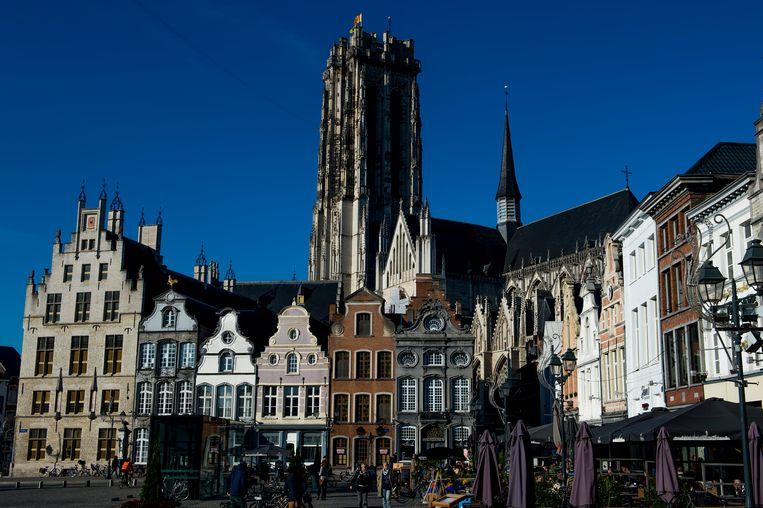Op de Sint-Romboutstoren wappert voortaan nog maar een vaste vlag: de Mechelse.
