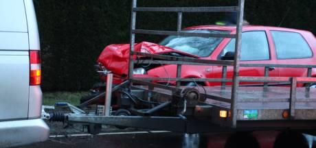 Auto's botsen op elkaar in Lunteren, forse schade