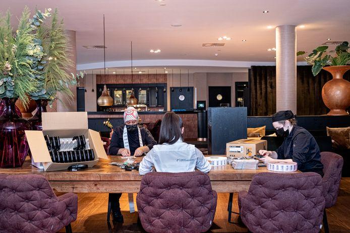 Personeelsleden van Van der Valk in Leusden doen vanwege de lockdown tijdelijk in het hotel productiewerk voor slotenmaker AXA uit Veenendaal.