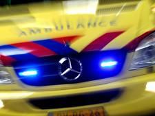 Auto zwaar beschadigd en bestuurder gewond bij botsing met boom in Elsloo