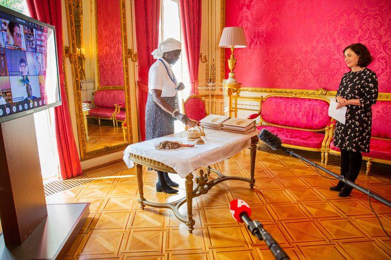 Met een wintiritueel in de ambtswoning, die in de 17de eeuw spil was van de slavenhandel, werd het advies om een nationaal slavernijmuseum in Amsterdam te bouwen kracht bijgezet. Beeld Roos Trommelen