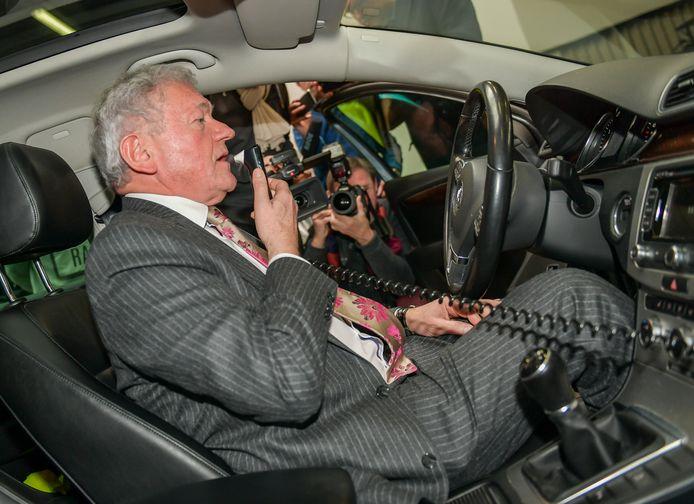 Minister van Mobiliteit François Bellot (MR) probeert het alcoholslot uit (Archiefbeeld).