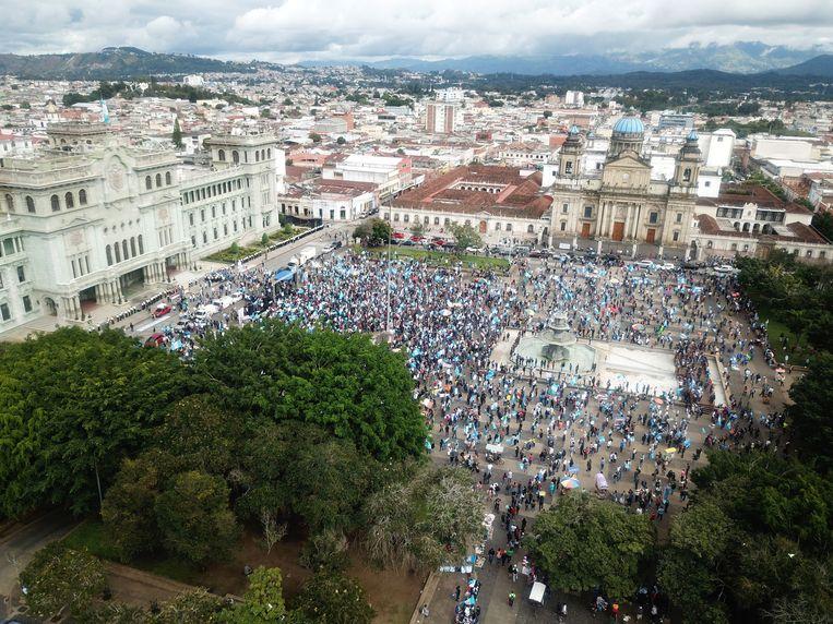 Honderden betogers verzamelden zich bij het parlementsgebouw. Beeld Hollandse Hoogte / EPA