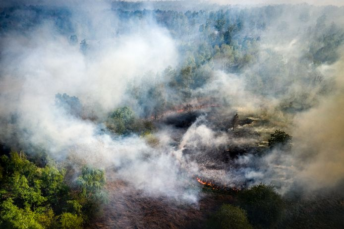 Een dronefoto van een zeer grote natuurbrand op de Maria Peel nabij het Brabantse Deurne.