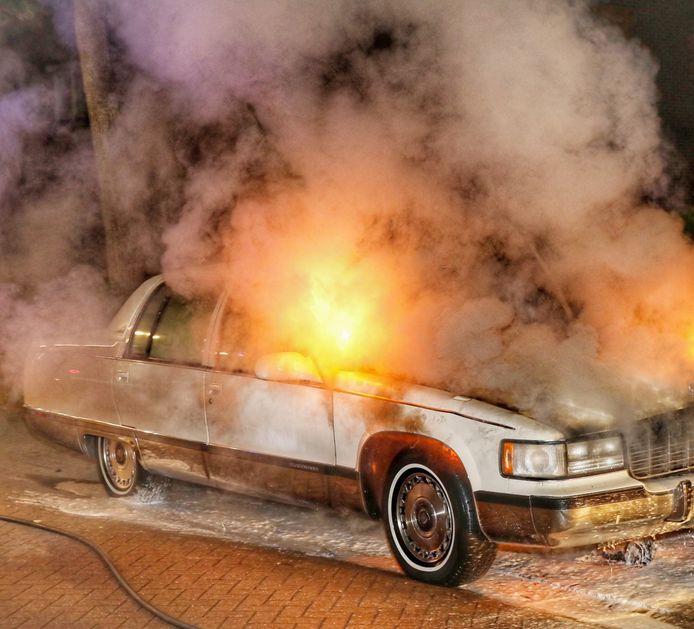 De brand woedde aan de voorzijde van de Cadillac.