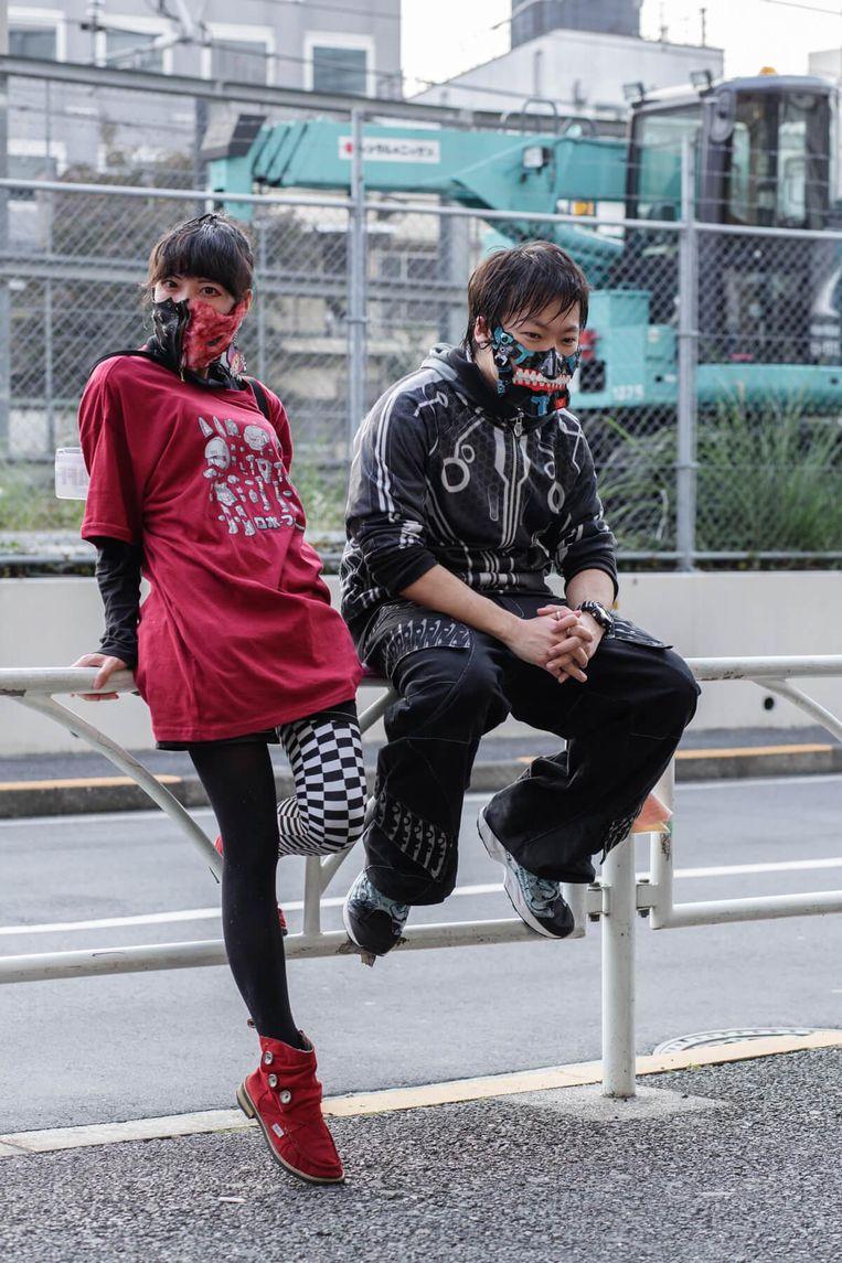 Hardcore liefhebbers in Japan, de vrouw links maakt haar maskers zelf, rechts dj 6th Beeld Boris Postma