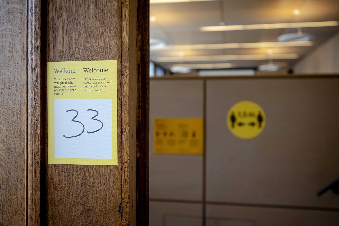 In de collegezaal gelden momenteel nog strenge coronamaatregelen, waaronder de anderhalve meter