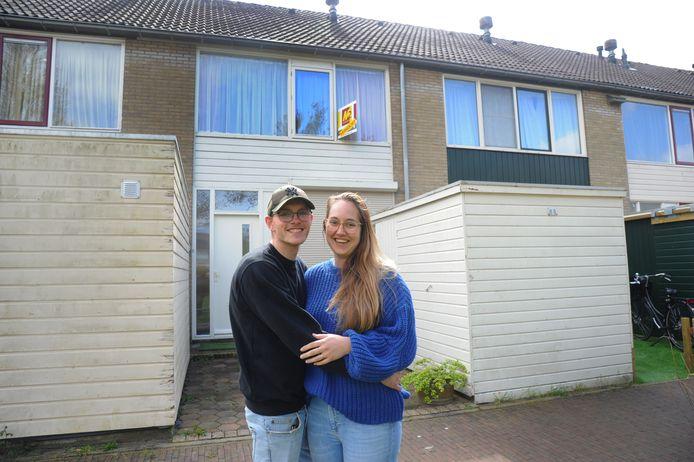 Floortje van Waterschoot (24) en Pepijn Schoones (20) zijn dolblij met hun eerste koophuis.