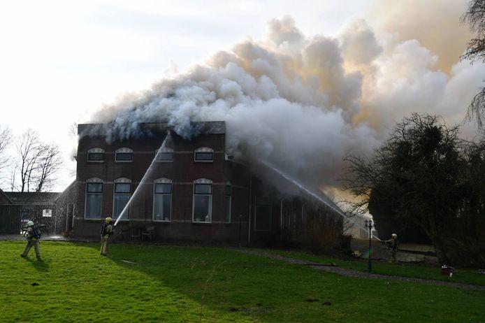 Brand in een woning aan de Kloosterdijk in Sibculo, zaterdagmiddag. De brandweer is met groot materieel uitgerukt.
