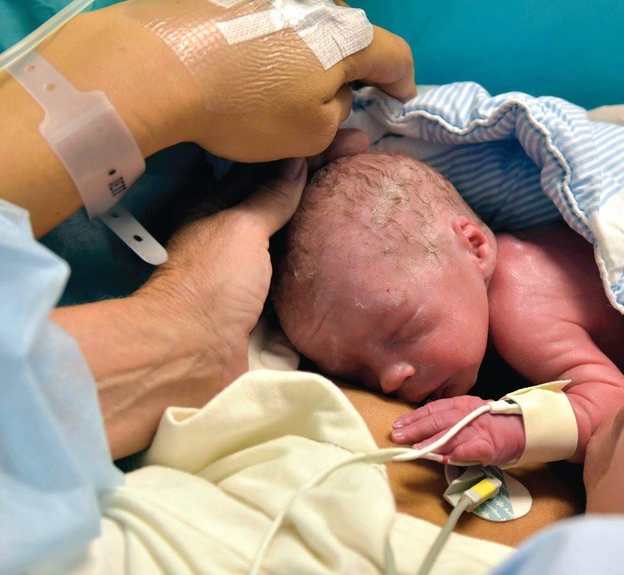 Een foto van de pasgeboren Vincent, de baby die de boeken in gaat als het eerste succesvolle kindje dat werd geboren na een baarmoedertransplantatie.