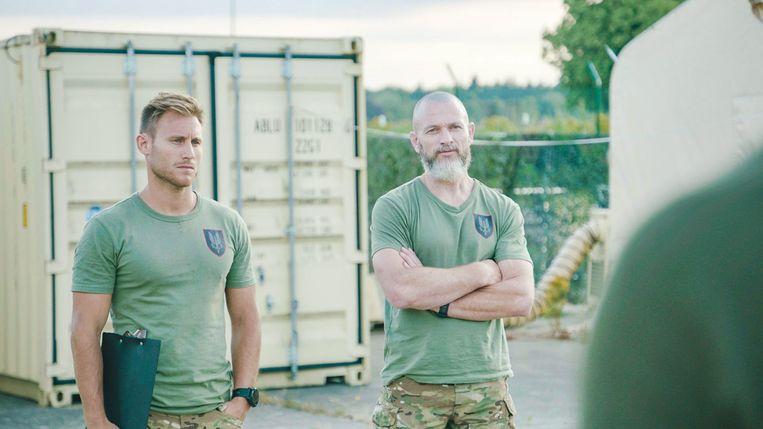 Elitesoldaat Fly (rechts) als drilinstructeur in 'Kamp Waes'.