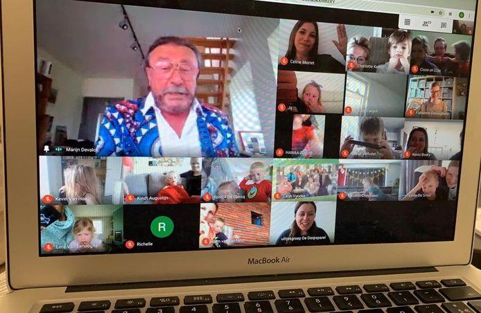 De kleuters van de uiltjesklas worden elke avond verwend met een special guest tijdens een webcamsessie. Hier zien we ze met Marijn Devalck, bij de kleuters bekend als Boma van FC De Kampioenen.