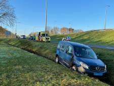 Taxi raakt van de weg en belandt in de sloot in Oldenzaal