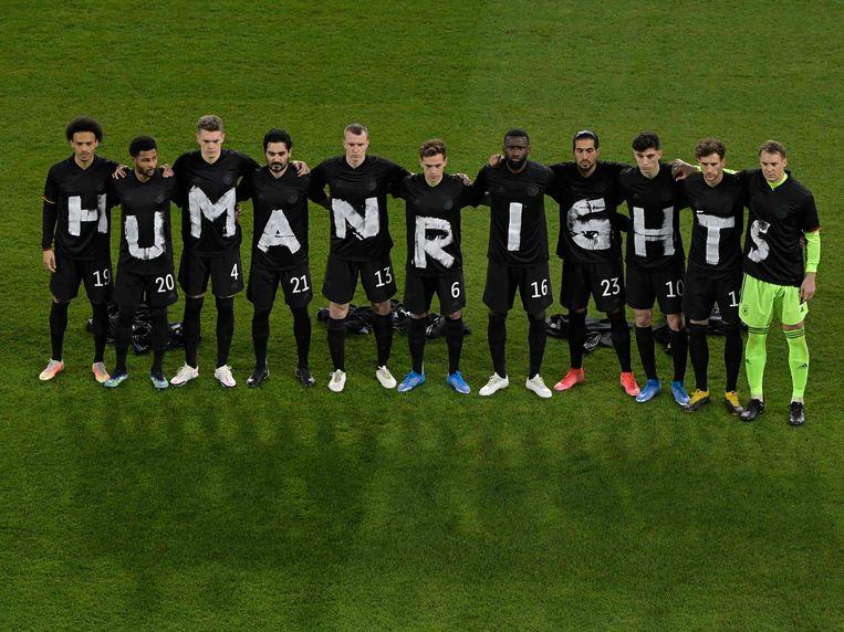 Het Duitse voetbalelftal maakt een statement over de mensenrechten in Qatar. Beeld AFP