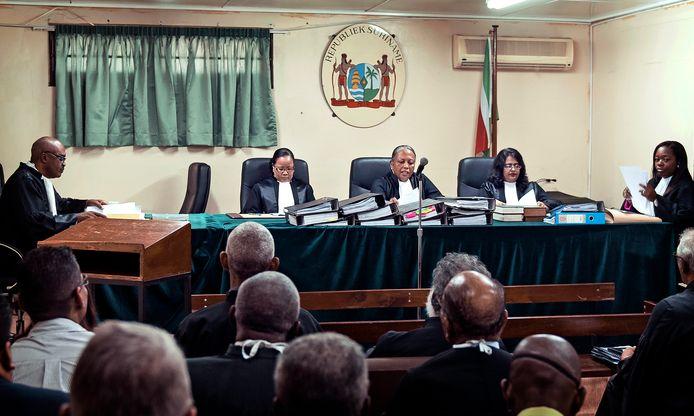 De krijgsraad van Suriname met hofpresident Cynthia Valstein Montnor (M) tijdens het strafproces tegen de Surinaamse president Desi Bouterse en 25 andere verdachten van de Decembermoorden in 2016.