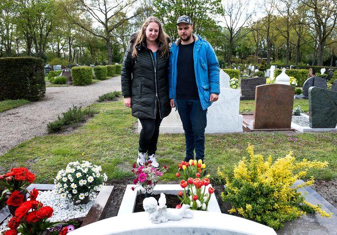 Kelly en Daniël bij het graf van Daniels ouders.