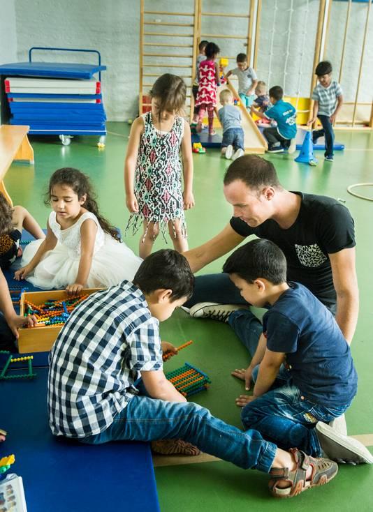 Onderwijs- assistent Hugo met zijn leerlingen.