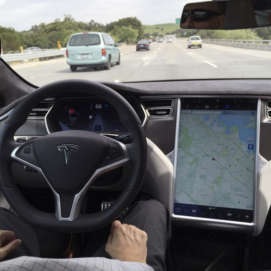 Een Tesla Model S in autopilot-stand.