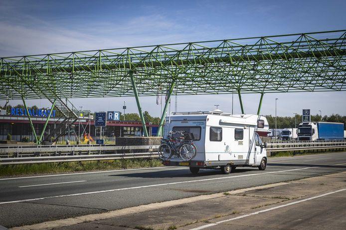 Vakantiegangers passeren de grens bij De Lutte.