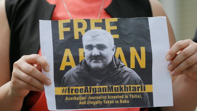 Een betoging in de Georgische hoofdstad Tbilisi voor de vrijlating van Azerische journalist Afgan Mukhtarli. Beeld EPA