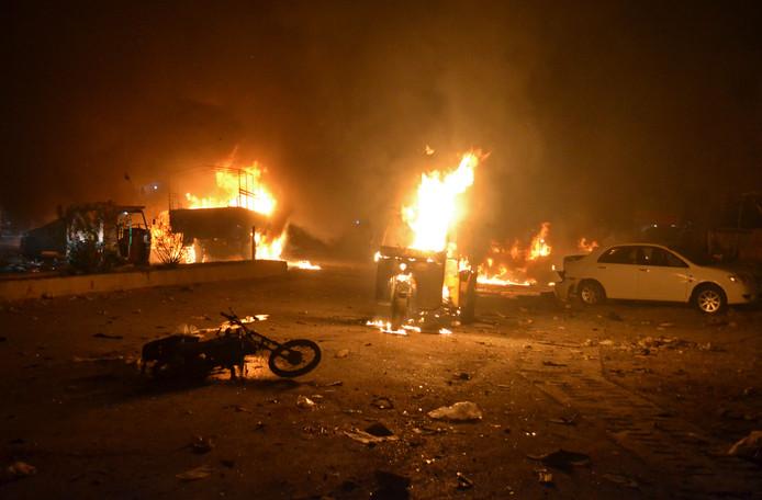 Auto's staan in de brand na de bomaanslag