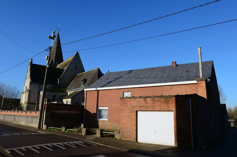 Dit huis tussen de kerk en de school kocht de gemeente aan.