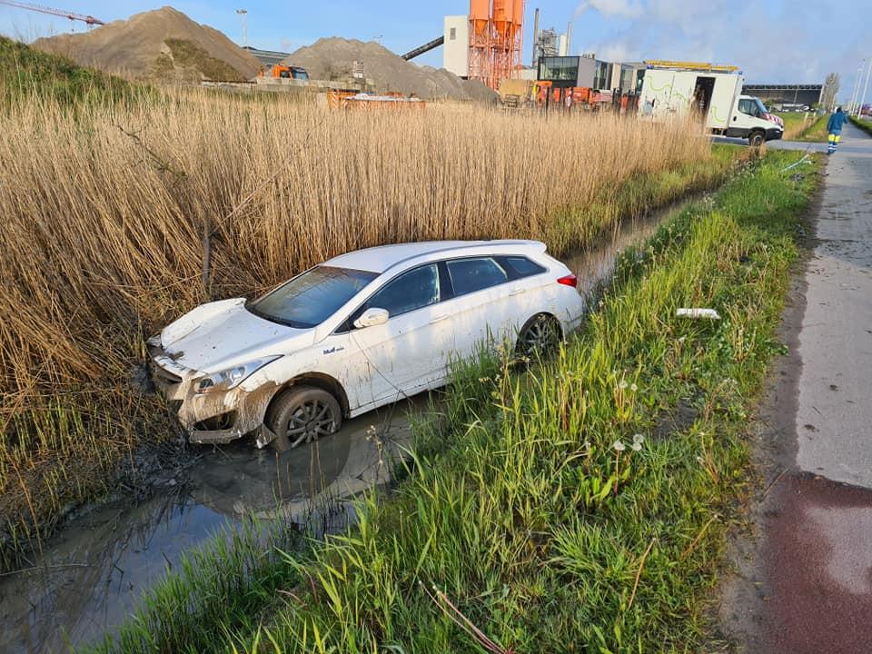 De auto eindigde in de sloot langs de Oudenburgsesteenweg.