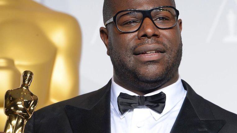 McQueen met de Oscar die hij in 2014 won voor 12 Years a Slave Beeld anp