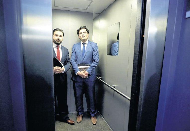 Tunahan Kuzu (rechts) en Selcuk Ozturk stappen in de lift na het PvdA-fractieberaad. Beeld anp