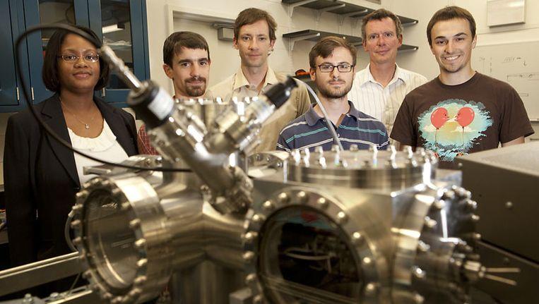 Derek Stein (achter in het midden) met zijn huidige onderzoeksteam in Boston. Beeld RV