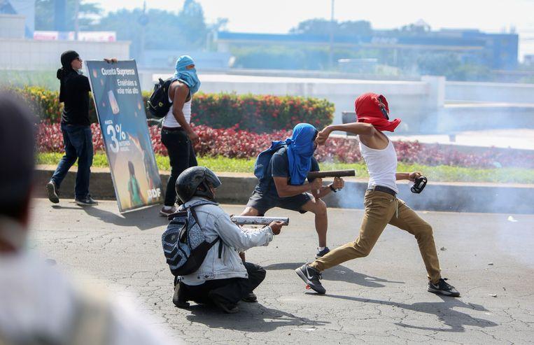 Betogers vuren zelfgemaakte mortieren af op de oproerpolitie in Managua. Beeld AP