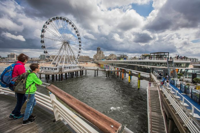 De Scheveningse Pier gezien vanaf de toren waar mensen kunnen bungeejumpen.
