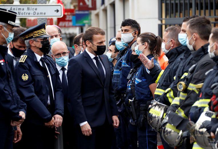 De Franse president Emmanuel Macron bezoekt de plaats van de aanslag.  Beeld Reuters