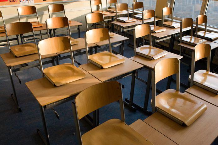 Die Schulklasse ist leer.