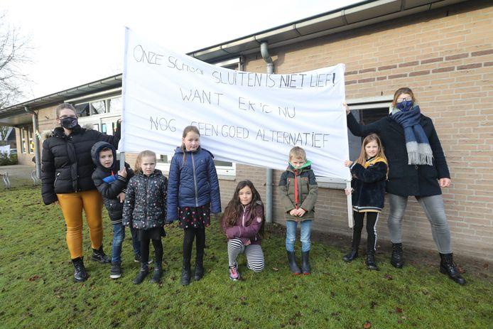 Kinderen en ouders protesteren tegen de voorgenomen sluiting van de basisschool in Oostelbeers.