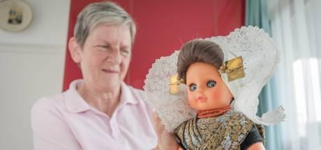 Gooi die pop nou niet weg, want Mieke lapt ze op. 'Ik speld de dracht net als in het echt'