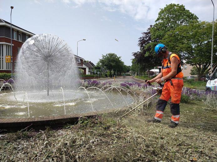 De planten op de rotonde op de Frieswijkstraat, Callenbachstraat en Torenstraat  werden donderdagavond vernield door tientallen jongeren. Een gemeentewerker ruimt de schade op.