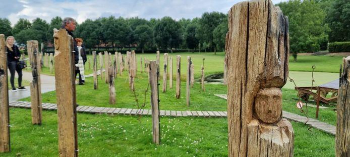 Faces of War bestaat uit 129 houten palen waarin een gezicht is uitgekapt.