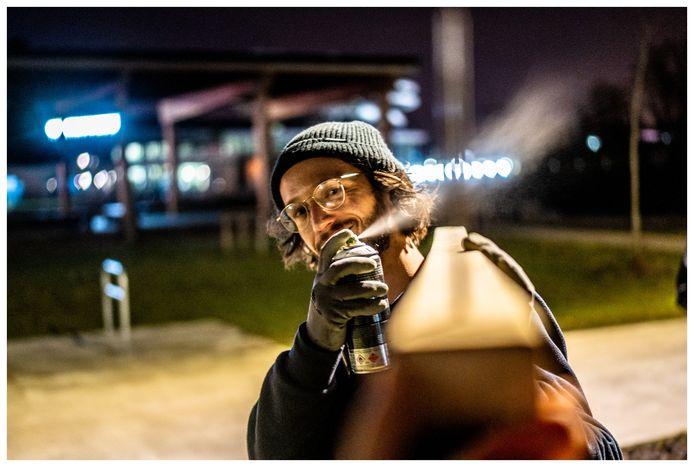 Een creatieveling in actie, nabij de vuurplaats in het Nelson Mandelapark