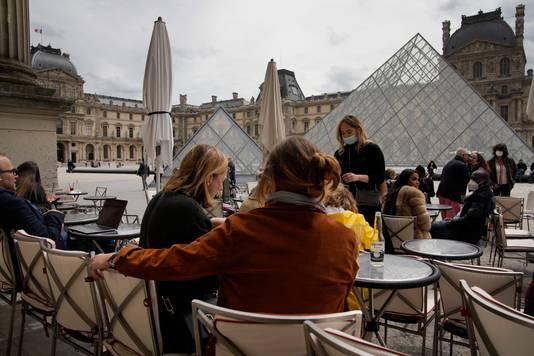 Een terras aan het Louvre in Parijs.