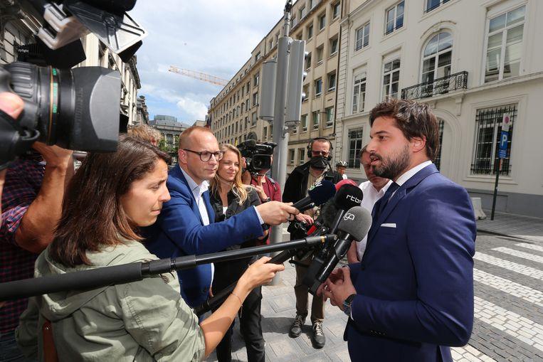 Politieke journalisten overrompelen MR-voorzitter Georges-Louis Bouchez in de Wetstraat. Beeld BELGA